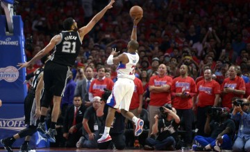 epa04730838 Los Angeles Clippers guard Chris Paul (C) shoots the game winning basket as San Antonio Spurs forward Tim Duncan (L) tries to block it in the second half of their NBA Western Conference round one playoff game at the Staples Center in Los Angeles, California, USA, 02 May 2015.  The Clippers won the game to win the series 4-3 to advance to the next round.  EPA/MICHAEL NELSON CORBIS OUT ORG XMIT: MAN12